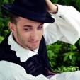 <span style='color:#B00000  ;font-size:14px;'>Amintiri din vatra satului</span> <br> Alex Pop, tânărul care toarce, urzește și țese costume populare</p>