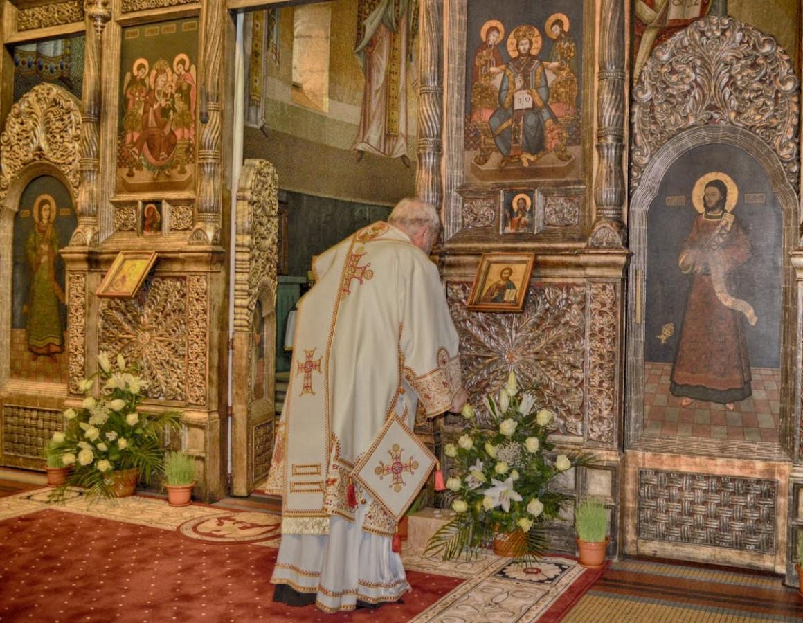 <span style='color:#B00000  ;font-size:14px;'>ÎPS Andrei, Mitropolitul Clujului</span> <br> Cele zece porunci Dumnezeiești &#8211; Prunca 1 &#8211; Eu sunt Domnul, Dumnezeul Tău</p>