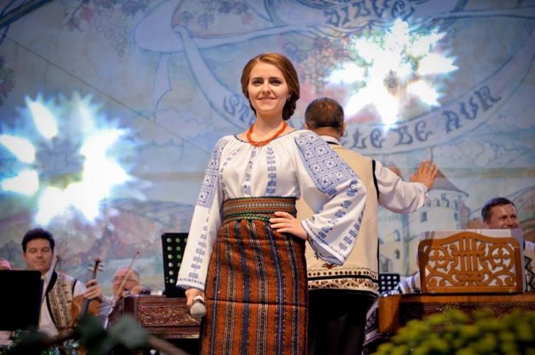 """Loredana Călin  """"Mă bucur că foarte mulți tineri se apropie de muzica populară și că majoritatea respectă rigorile folclorului autentic"""""""
