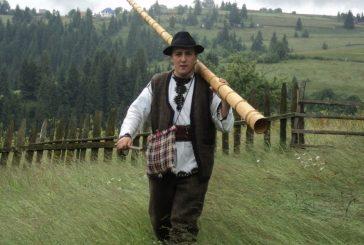 <span style='color:#B00000  ;font-size:14px;'>Amintiri din vatra satului</span> <br> Răzvan Roşu, tânărul ce îmbracă zilnic costumul popular din zona Munţilor Apuseni</p>