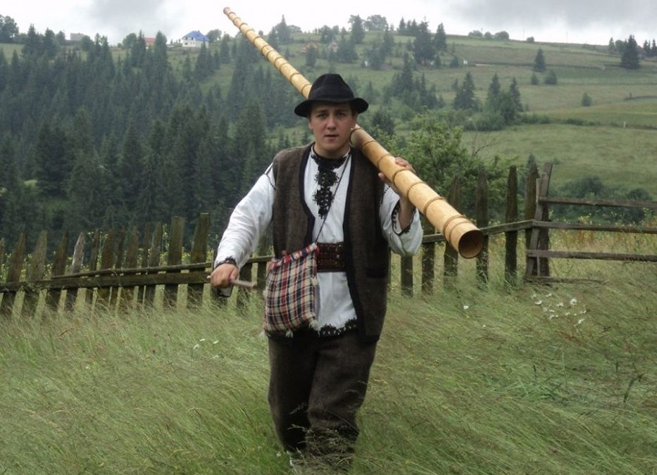 Răzvan Roşu, tânărul ce îmbracă zilnic costumul popular din zona Munţilor Apuseni