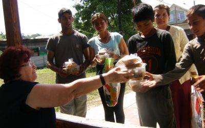 Săracii, ajutați de comunitatea parohială din Dej
