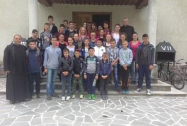 Tinerii din Maieru, parcurg 20 de km pe bicicletă, în numele prieteniei