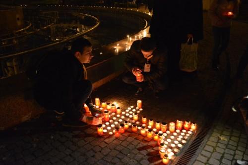 Sute de tineri alături de Mitropolitul Clujului, în rugăciune pentru victimele tragediei din Colectiv
