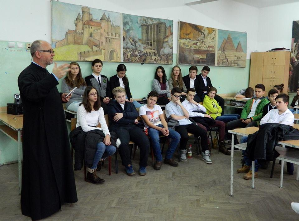 Sfânta Liturghie, explicată tinerilor liceeni din Cluj