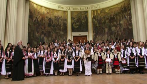 Colinde străvechi și obiceiuri de mult uitate, aduse la Cluj, de tineri din întreaga Mitropolie