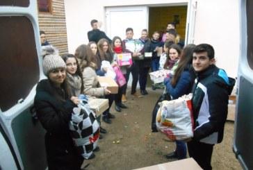 """Membrii grupului de implicare socială """"Tinerii Voluntari"""", aproape de cei nevoiași"""