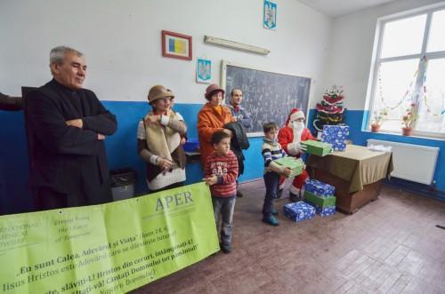 Copiii de la școala generală din satul clujean Suatu au fost vizitați de Moș Crăciun