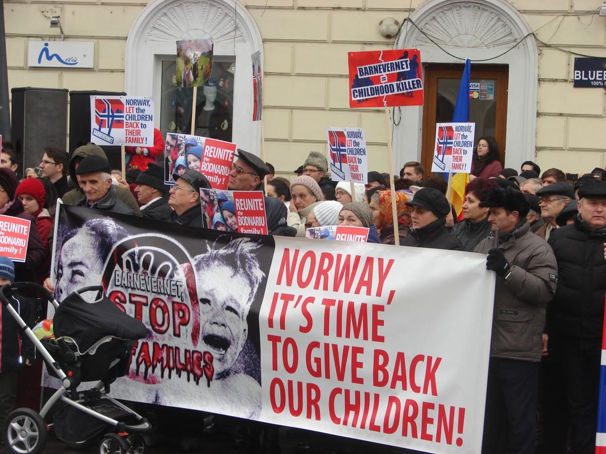 """Protest la Cluj: """"Norvegia, este timpul să ne dai copiii înapoi"""""""