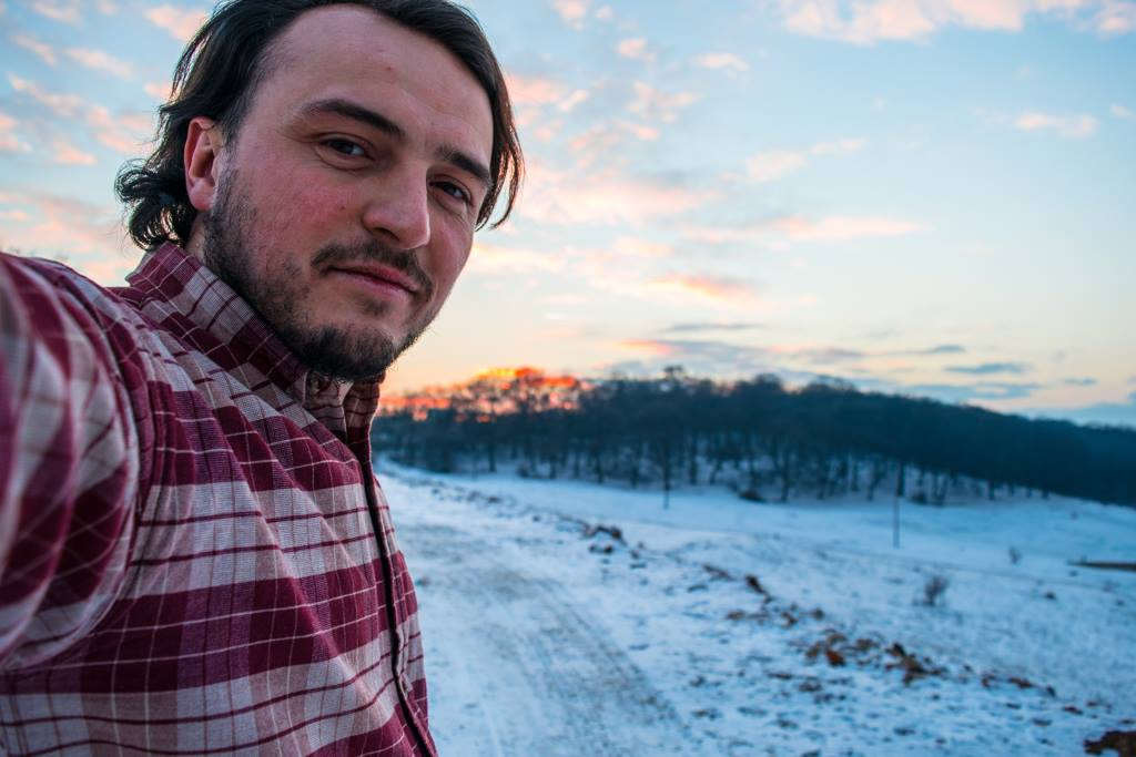 <span style='color:#B00000  ;font-size:14px;'>Cultură și societate. Puncte de vedere</span> <br> Alexandru Damaschin, tânărul care promovează oamenii și locurile deosebite din România</p>