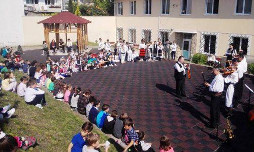 Instrumentele populare și cântecele tradiționale, prezentate elevilor Seminarului Teologic Ortodox