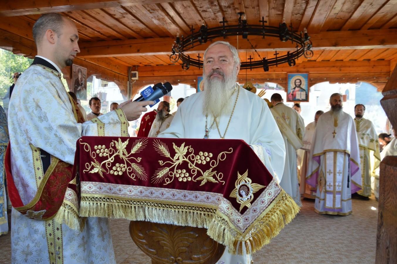 """ÎPS Andrei: """"Din coasta lui Hristos izvorăsc Tainele dătătoare de viață veșnică"""""""