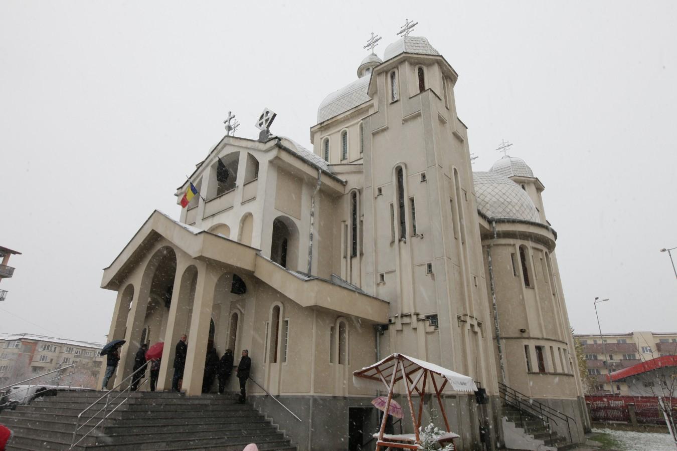 """Sfânta Liturghie Arhierească şi hram la biserica """"Sfinţii Arhangheli Mihail şi Gavriil"""" din Baia Mare"""