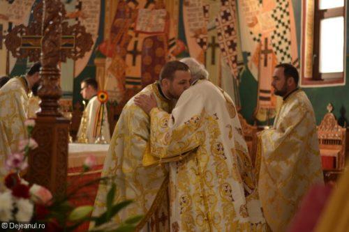 """Prima Liturghie arhierească, la Biserica ortodoxă """"Sfânta Treime"""" din Dej"""