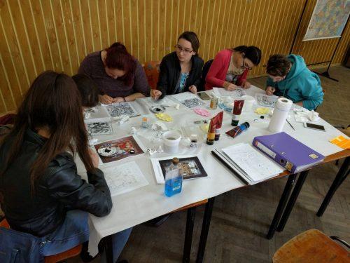 Tainele picturii pe sticlă, deprinse de tinerii parohiei Ciceu-Giurgești