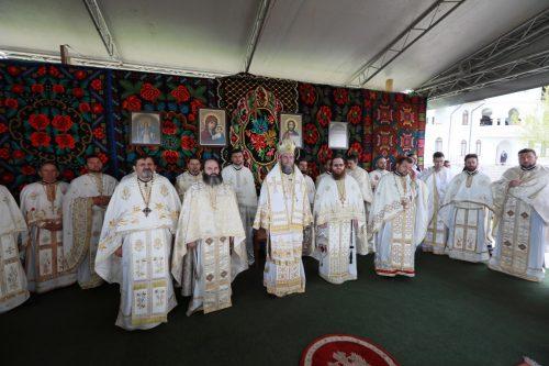 Deşi zi lucrătoare, la hramul Mănăstirii Habra au venit mii de credincioşi