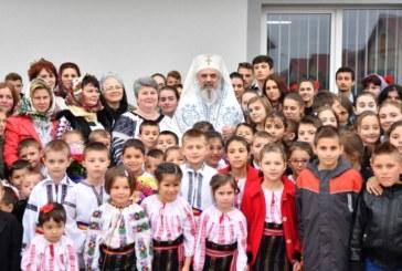 Patriarhul Daniel îi binecuvintează pe cei mici. Rugăciune pentru copii şi tineri