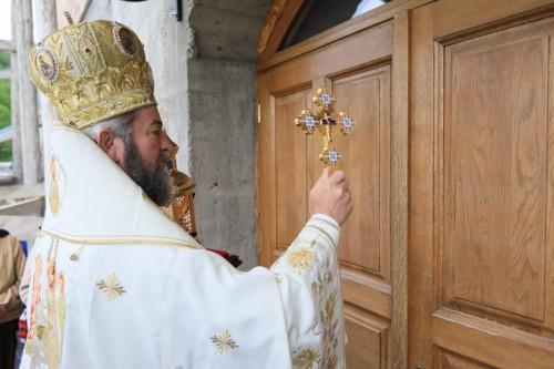 Preasfinţitul Părinte Episcop Iustin a târnosit Paraclisul Mănăstirii Petrova