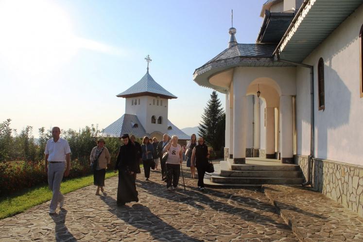 Reportaj: Pelerini clujeni, la mănăstirile de la poalele Carpaţilor Meridionali