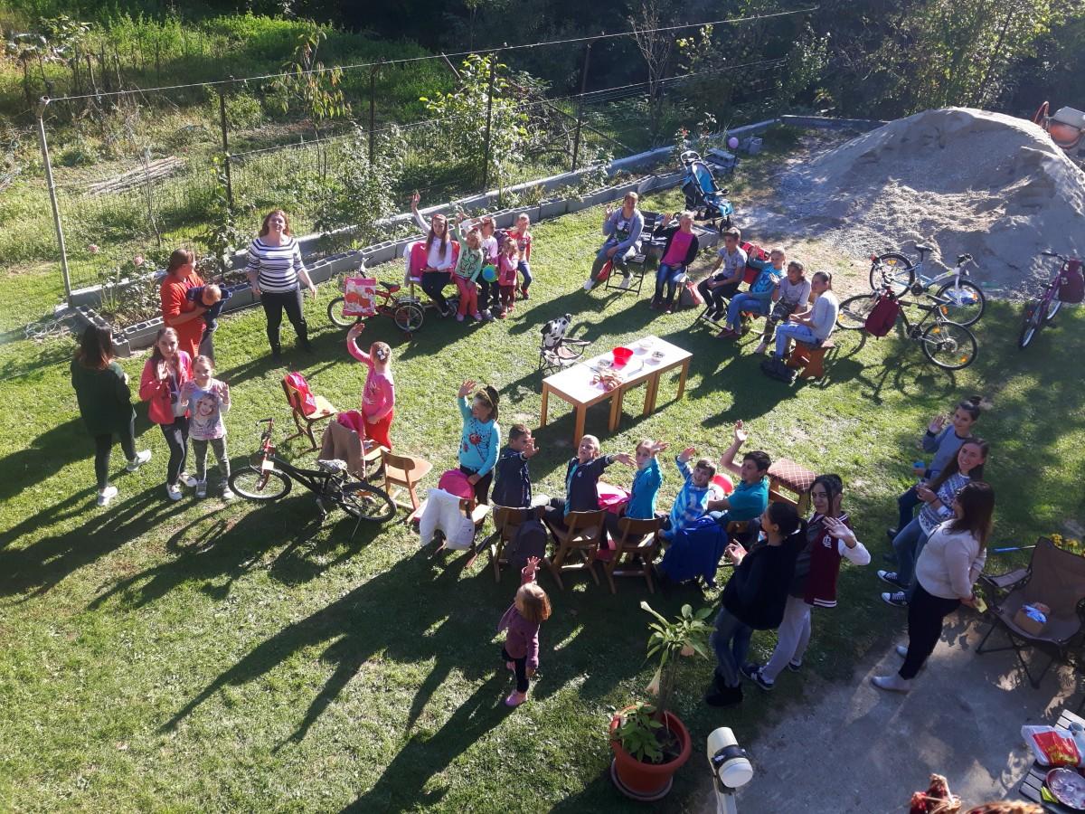 Tinerii parohiei bistrițene Hălmăsău au primit rechizite din partea Asociației Impact