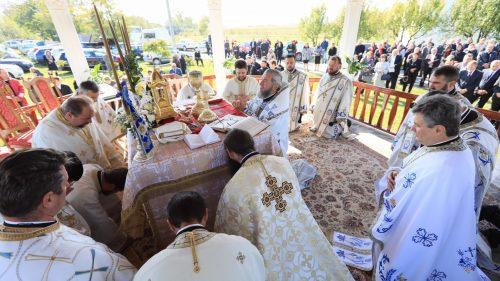"""Biserica Mănăstirii sătmărene """"Acoperământul Maicii Domnului"""" din Lunca Apei, târnosită de PS Iustin"""