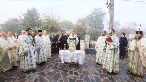 Biserica din Lucăceşti, târnosită după 92 de ani de la construire