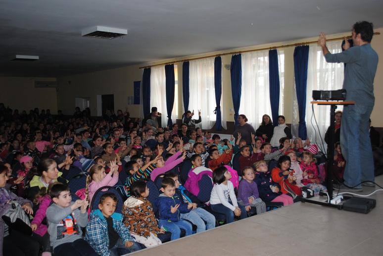 Spectacol pentru 300 de copii, în Comuna Ceanu Mare