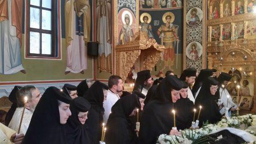 Stareța Mănăstirii Cormaia, monahia Ecaterina Ghiran, condusă pe ultimul drum de ÎPS Andrei