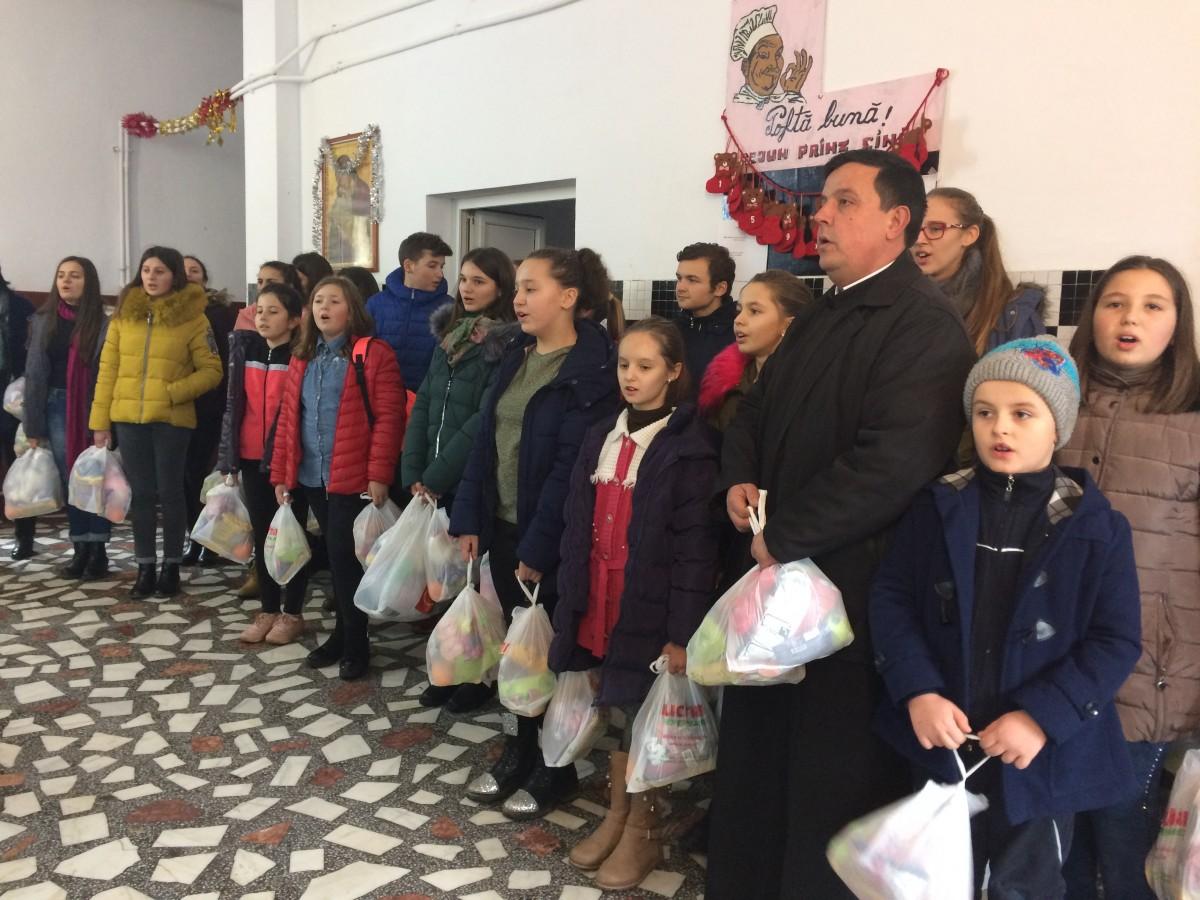 """Tinerii Parohiei Ortodoxe Căianu-Mic şi ai Liceului Tehnologic """"ICR"""", alături de copiii de la Preventoriul din Ilişua"""