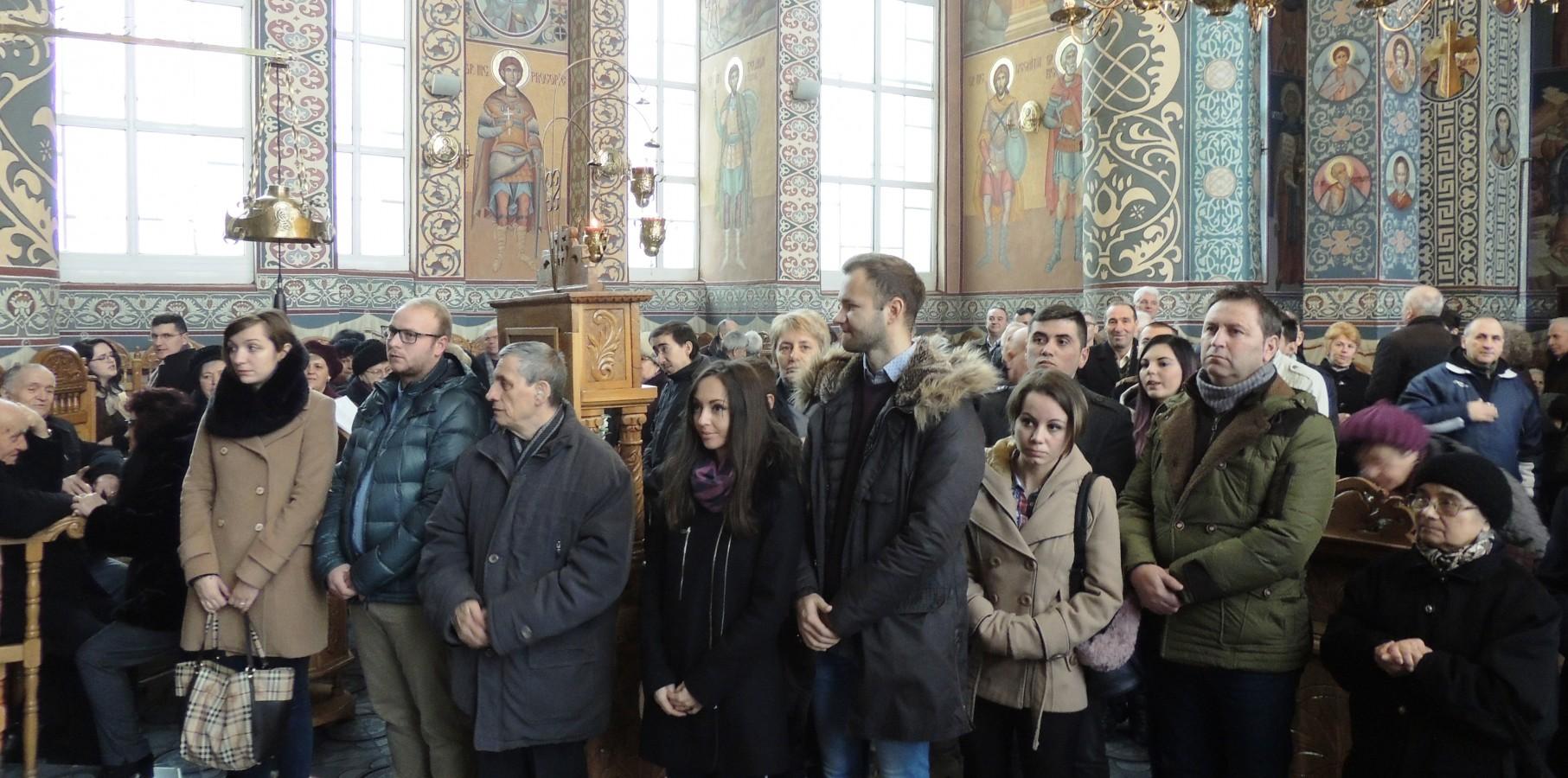 """Familiile cununate anul trecut în biserica parohiei """"Nașterea Domnului"""", sărbătorite în fața Altarului"""