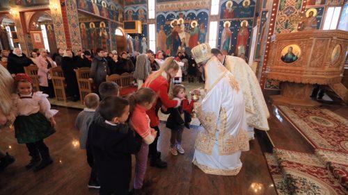Preasfinţitul Părinte Iustin, în mijlocul credincioșilor parohiei Tăuţii de Sus