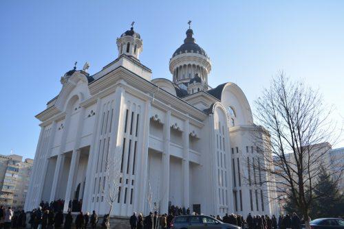 """Prima Liturghie oficiată de Mitropolitul Clujului, în biserica """"Sfinții Apostoli Petru și Pavel"""", din cartierul Mănăștur"""