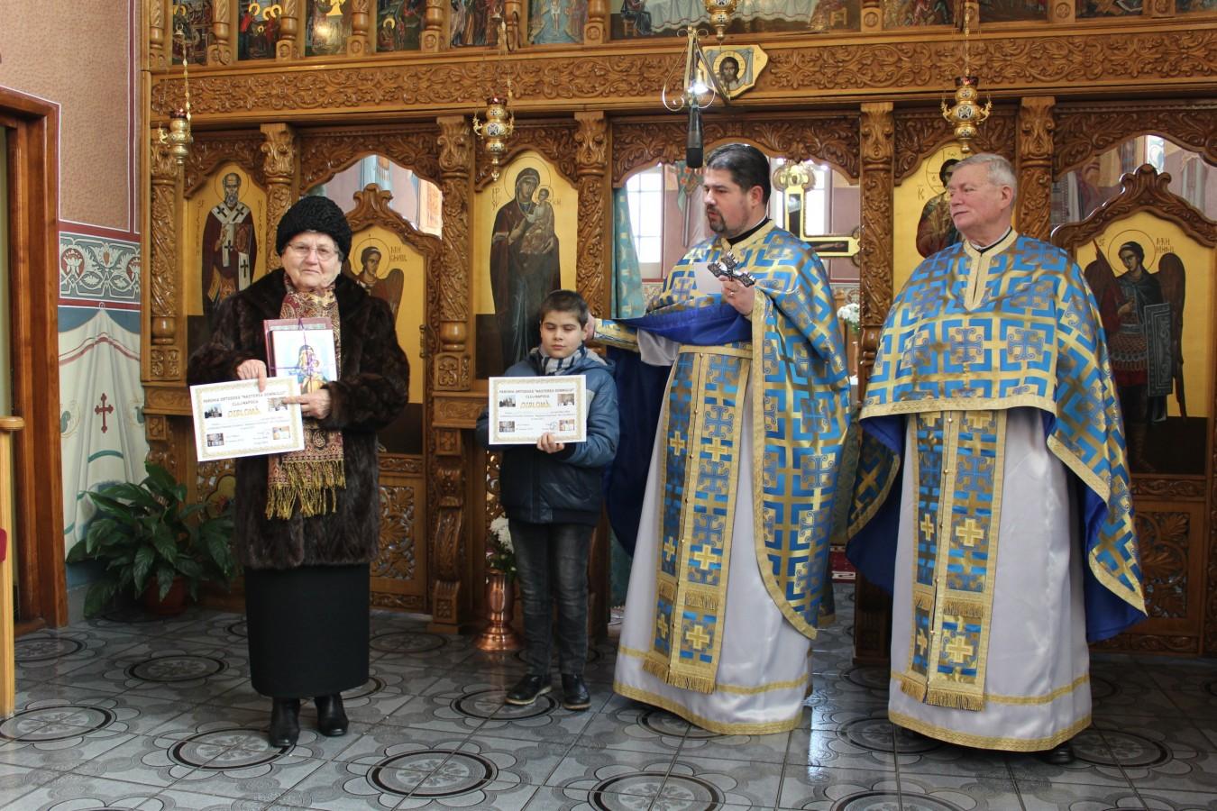 """Cititorii fideli ai bibliotecii parohiei """"Nașterea Domnului"""", premiați în biserică"""