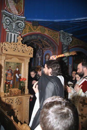 Baldachinul ce adăpostește icoana sfinților Teodor Stratilat și Antonie de Veria, sfințite în biserica parohiei Huedin II