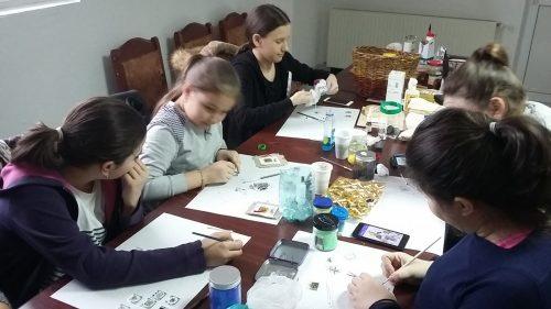 Mărțișoare, realizate de tinerii care participă la Cercul de pictură al Protopopiatului Huedin