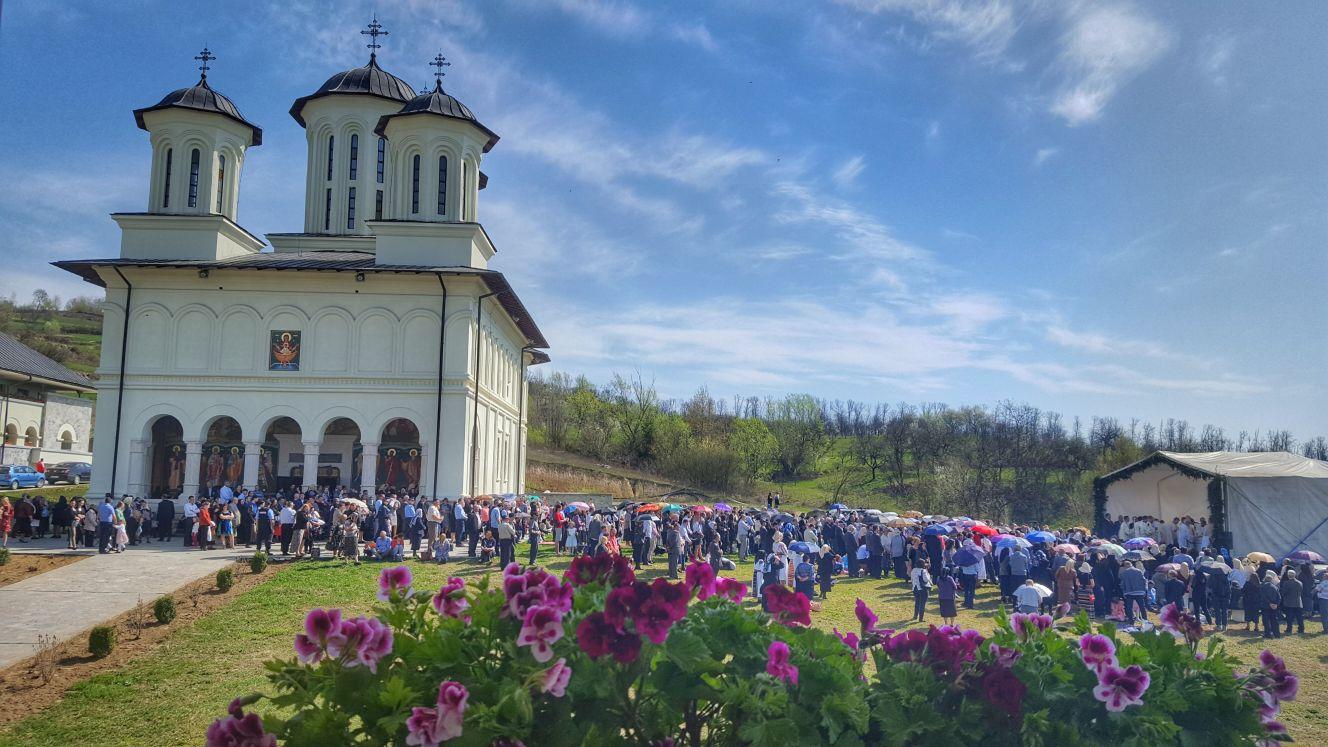 Sute de credincioși din Țara Năsăudului, alături de IPS Andrei, la hramul mănăstirii Salva