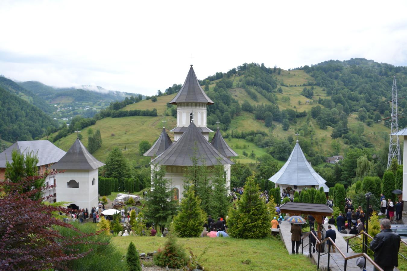 Mii de credincioși, la hramul Mănăstirii Rebra-Parva