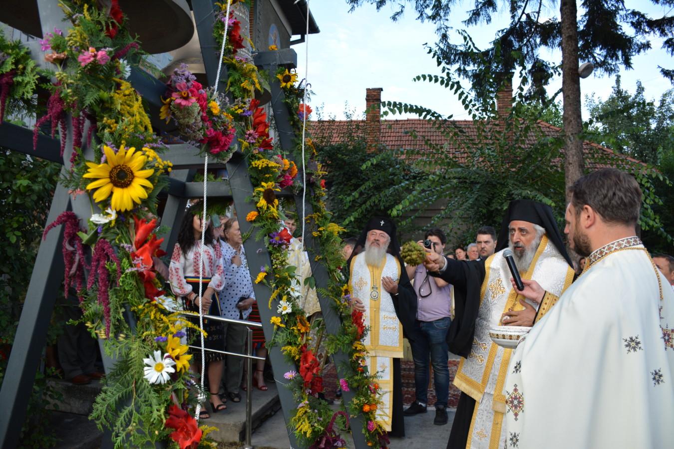 """Noile clopote ale bisericii clujene ,,Sfinții Arhangheli Mihail și Gavril"""", sfințite de trei ierarhi"""