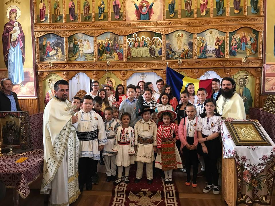 Părintele arhimandrit Benedict Vesa în mijlocul copiilor şi credincioşilor din Nimigea de Sus