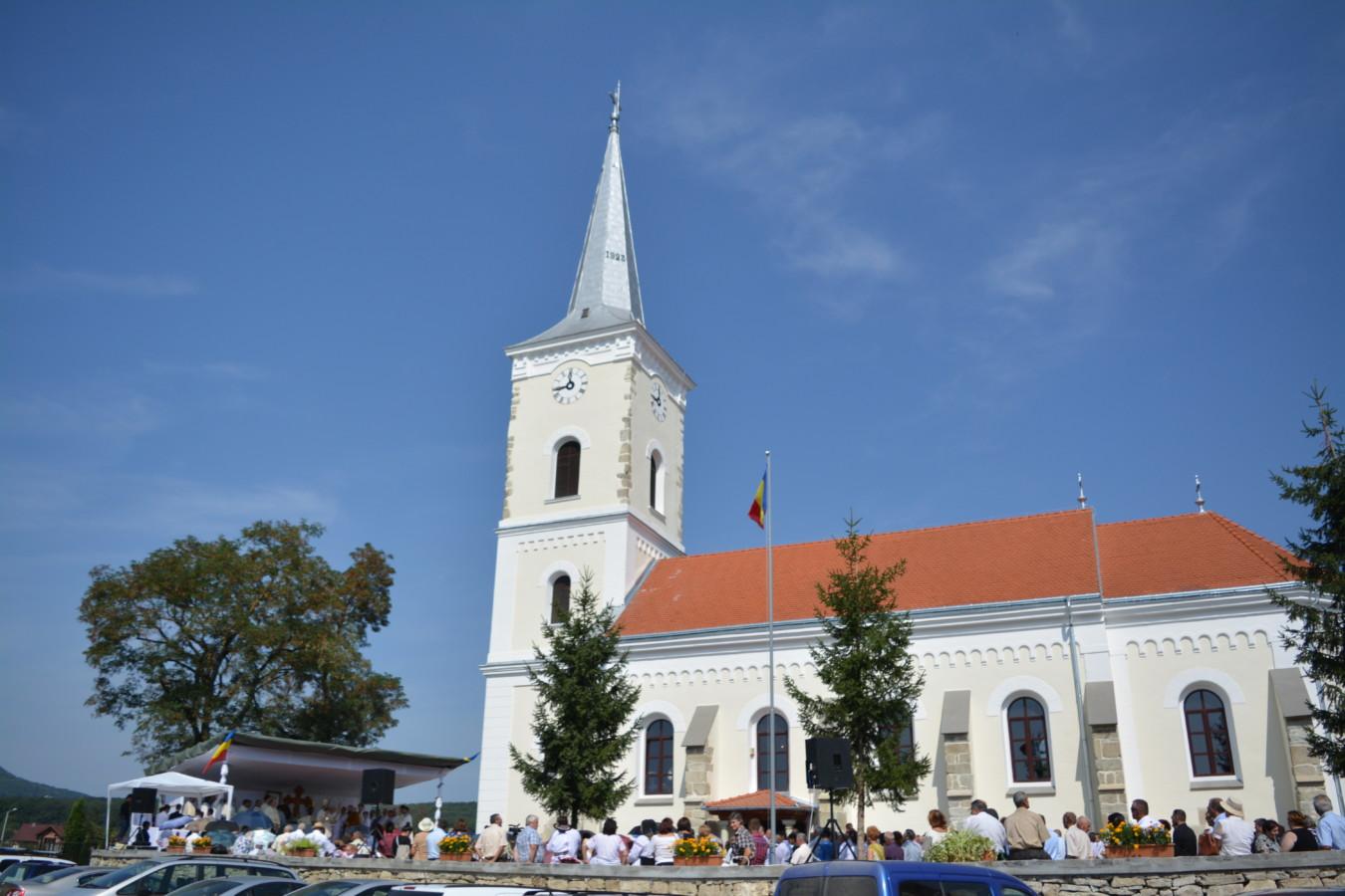 """Biserica """"Sfinții Arhangheli Mihail și Gavriil"""" din Unirea, sfinţită de doi ierarhi ai Bisericii Ortodoxe Române"""
