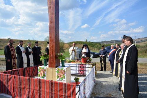 O cruce amplasată la intrarea în satul Cara, sfințită de IPS Andrei