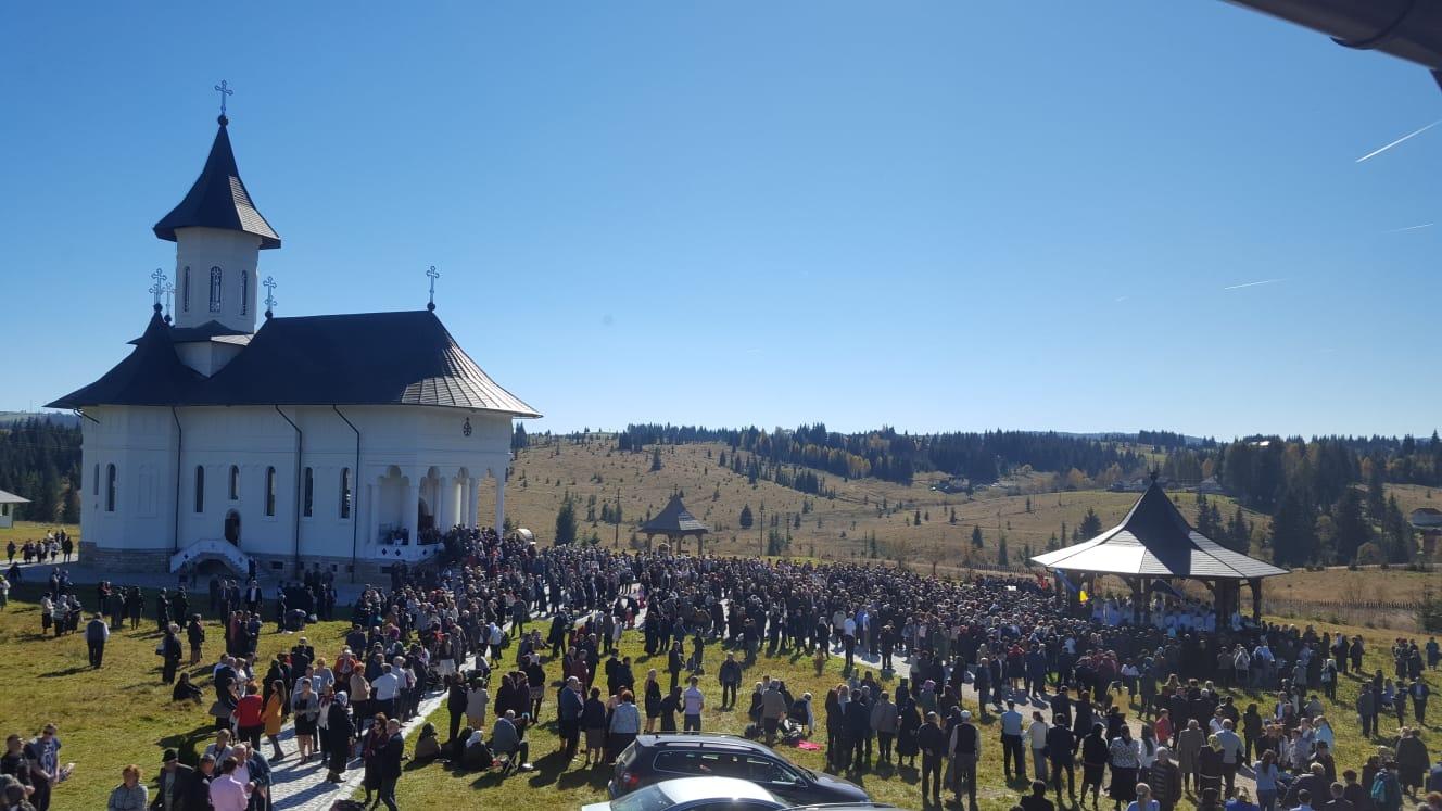 Biserica mănăstirii clujene de la Râșca Transilvană, sfințită de doi ierarhi. Cinci mii de credincioși au luat parte la hram
