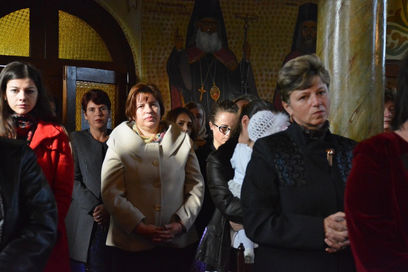 Eclesiarhul Catedralei Mitropolitane, în mijlocul credincioșilor din Buduș, județul Bistrița-Năsăud