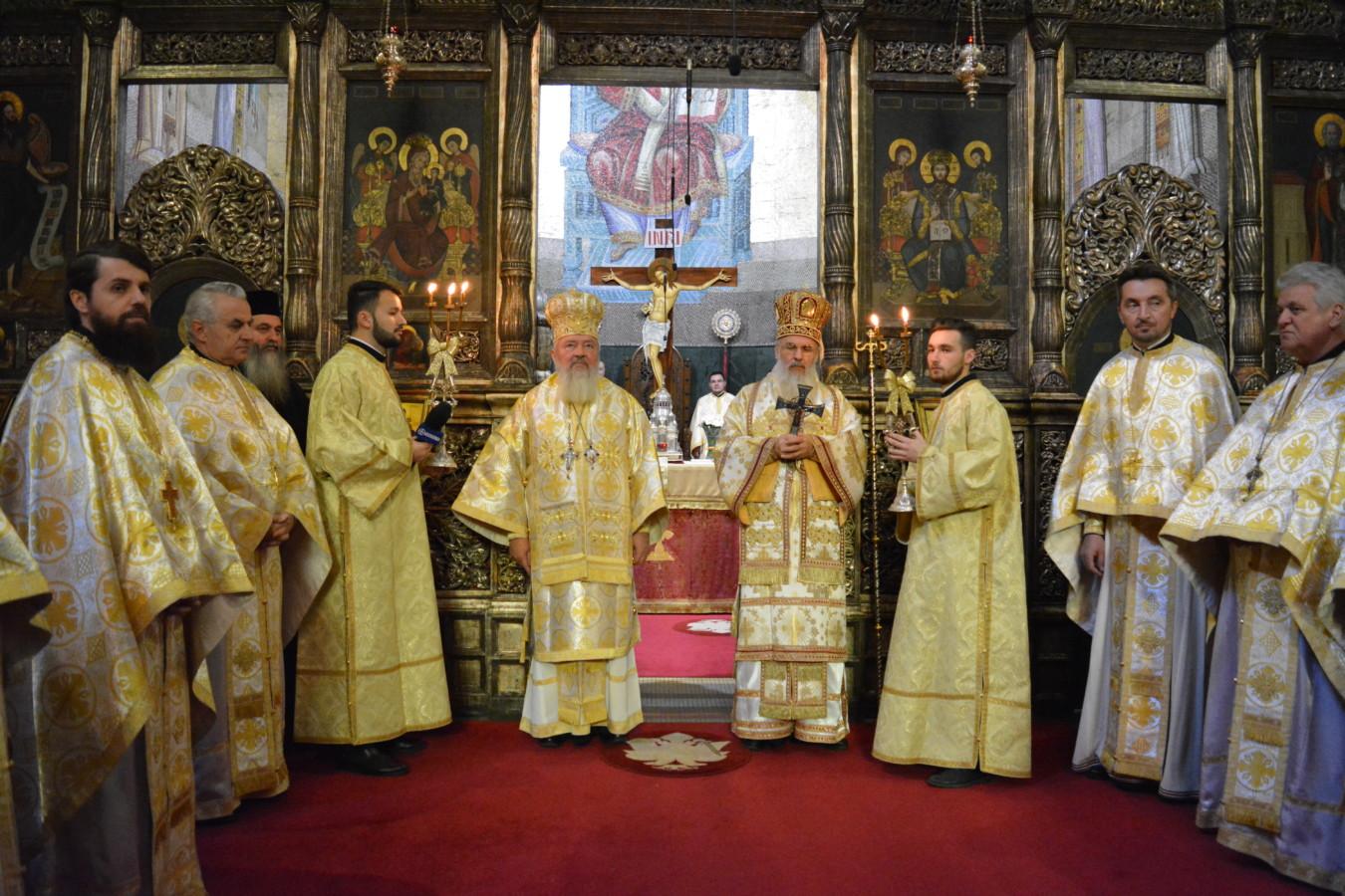 Sfântul Andrei, sărbătorit la Cluj-Napoca. Statuile episcopului Nicolae Ivan şi mitropolitului Bartolomeu, inaugurate în prezența a mii de credincioși