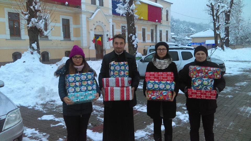 """Zeci de copii orfani au primit daruri din partea Parohiei istorice """"Sfânta Treime"""""""