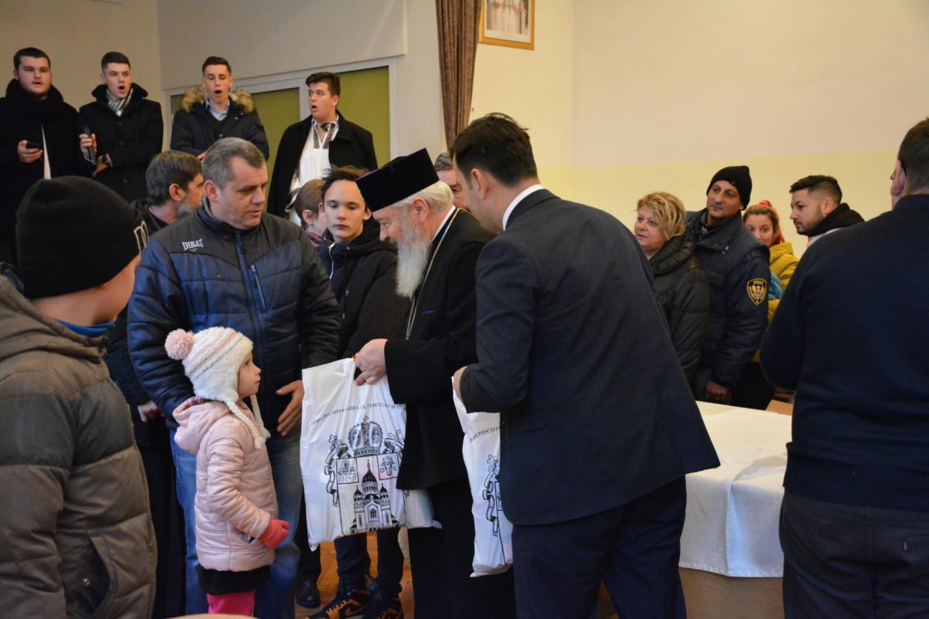 Mitropolitul Clujului a dăruit peste 300 de pachete familiilor nevoiașe