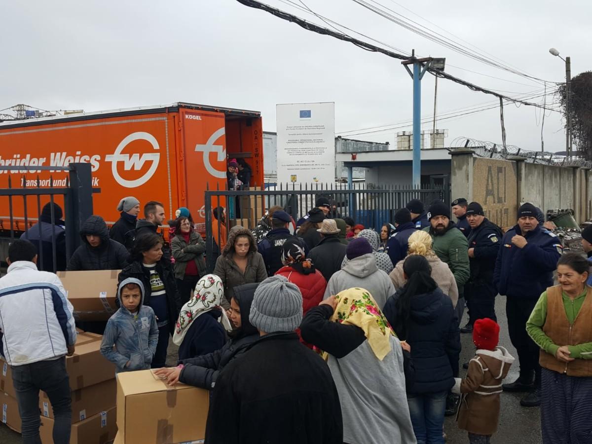 Bucurie pentru 900 de copii rromi din Pata Rât. Camionul de Crăciun a ajuns pentru al 8-lea an consecutiv la ei