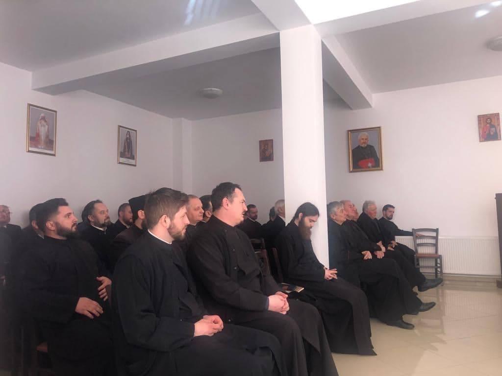 Arhim. Benedict Vesa, secretarul eparhial, la ședința lunară a preoților din Protopopiatul Dej
