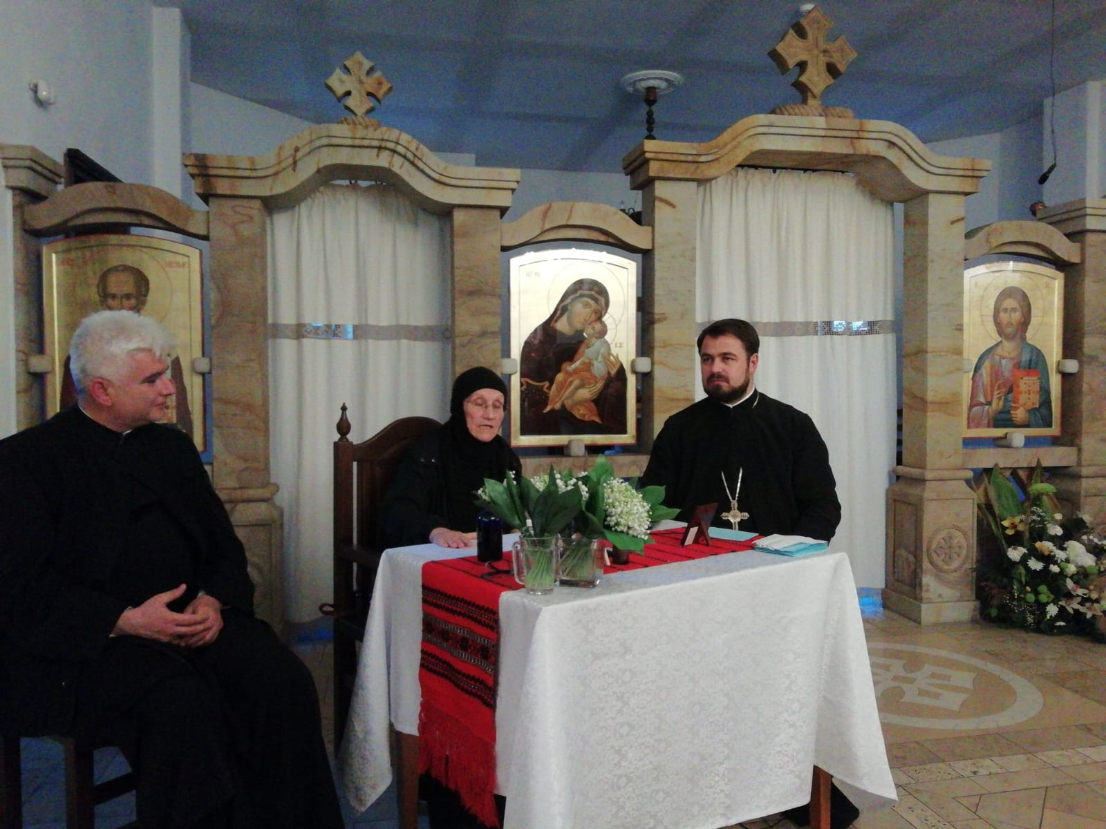 Maica Siluana Vlad în mijlocul tinerilor creștin-ortodocși din Protopopiatul Cluj II
