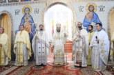 """Preasfințitul Teofil de Iberia, în mijlocul credincioșilor Parohiei """"Sf. Ap. Petru și Pavel"""" din cartierul clujean Mănăștur"""